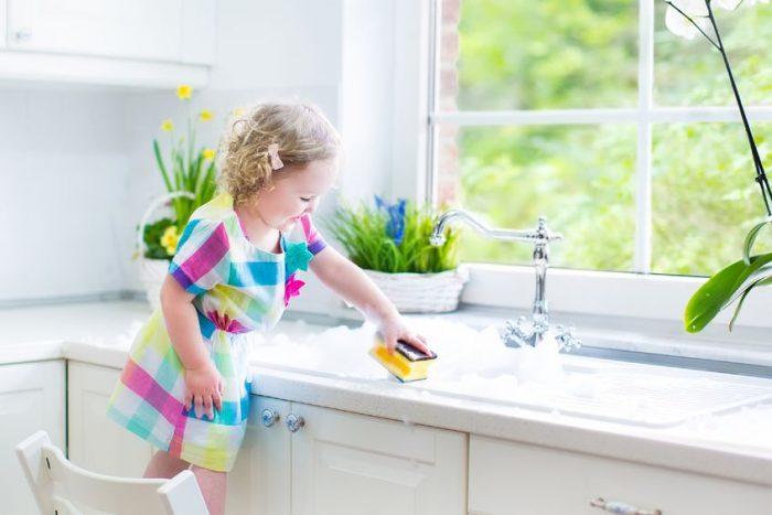 Enseñar-tareas-domésticas-niños-pequeños-e1462880048825